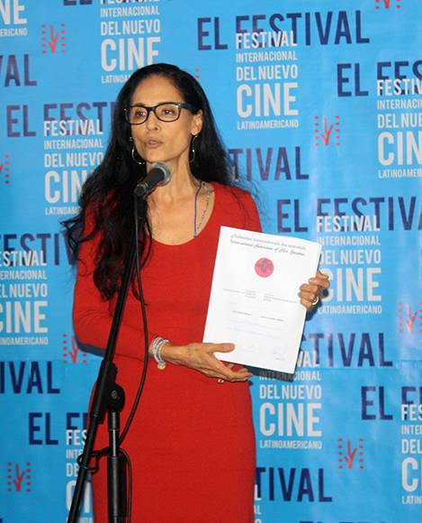 """La actriz brasileña Sonia Braga recibe el Premio Quijote, como representante de la película """"Aquarius"""". Foto: José Raúl Concepción/ Cubadebate."""