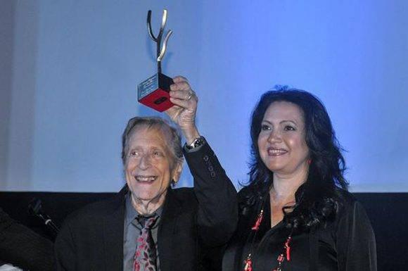 El director de cine Enrique Pineda Barnet (I), recibe el Premio de Honor, junto a la actriz Beatriz Valdés (D), durante la Gala de Premiación del 38 Festival Internacional del Nuevo Cine Latinoamericano, en el cine Charles Chaplin, en La Habana, Cuba, el 16 de diciembre de 2016. ACN FOTO/ Ariel Cecilio LEMUS ALVAREZ DE LA CAMPA/ rrcc