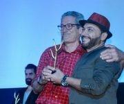 """Fernando Pérez (I), director del filme """"Últimos días en la Habana"""", recibe el Premio Especial del Jurado,  junto al actor Jorge Martínez (D), uno de los protagonista de su película, durante la Gala de Premiación del 38 Festival Internacional del Nuevo Cine Latinoamericano, en el cine Charles Chaplin, en La Habana, Cuba, el 16 de diciembre de 2016. Foto: ACN/ Ariel Cecilio Lemus."""