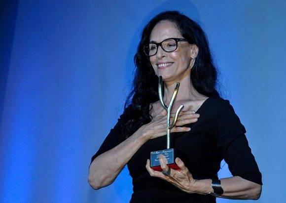 """La brasileña Sonia Braga, actriz del filme """"Aquarius"""", recibe el Premio Coral de Actuación Femenina, durante la Gala de Premiación del 38 Festival Internacional del Nuevo Cine Latinoamericano, en el cine Charles Chaplin, en La Habana, Cuba, el 16 de diciembre de 2016. ACN FOTO/ Ariel Cecilio LEMUS ALVAREZ DE LA CAMPA/ rrcc"""