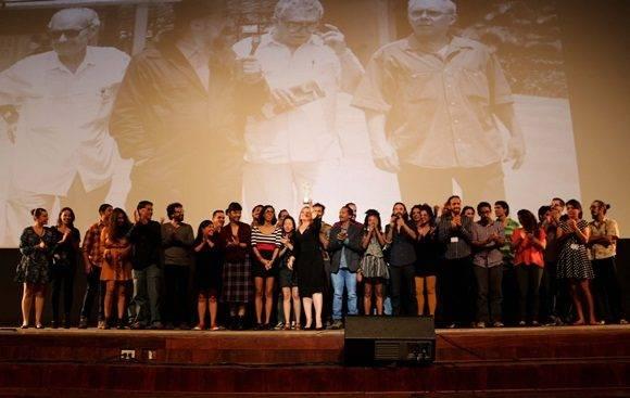 Momento en el que Susana Medina, directora de la Escuela Internacional de Cine y Televisión de San Antonio de los Baños, recibió el Premio Coral Especial
