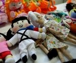 Elpidio Valdés y Chuncha también son comercializados como pequeños muñecos en FIART 2016. Foto: Ladyrene Pérez/ Cubadebate.