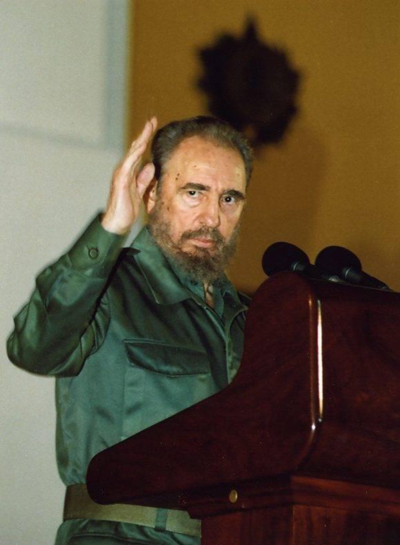 Fidel durante su discurso en el acto de conmemoración al 50 Aniversario del Asalto al Cuartel Moncada y Carlos Manuel de Céspedes en Santiago de Cuba (26/07/2003). Foto: Estudios Revolución/ Fidel Soldado de las Ideas.