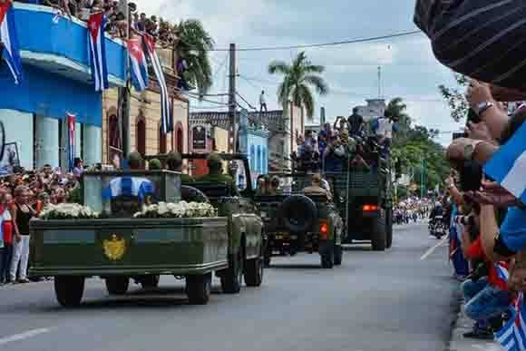 El pueblo tunero se despide del Comandante en Jefe Fidel, al paso de  la Caravana de la Libertad que traslada las cenizas del máximo líder de la Revolución cubana, Fidel Castro Ruz, en  Las Tunas,  el 2 de diciembre de 2016.     ACN FOTO/Yaciel PEÑA DE LA PEÑA.