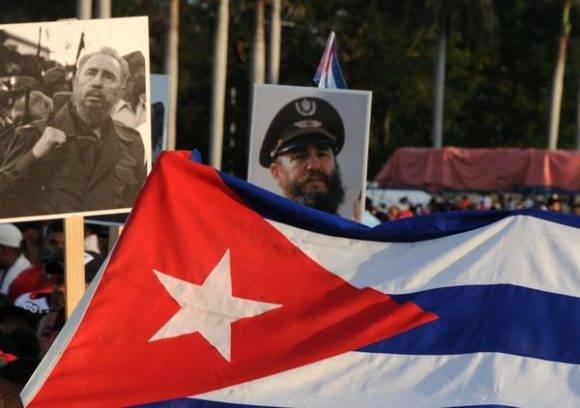 Pueblo santiaguero acude a la Plaza de la Revolución Antonio Maceo en la provincia Santiago de Cuba, lugar donde se le rendirá tributo al líder de la Revolución Cubana Fidel Castro Ruz, el 3 de diciembre de 2016. ACN FOTO/Omara GARCÍA MEDEROS/app