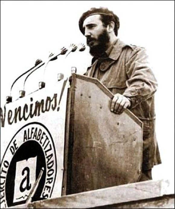 """Fidel pronuncia discurso en la concentración en la Plaza de la Revolución """"José Martí"""", para proclamar a Cuba Territorio Libre de Analfabetismo, el 22 de diciembre de 1961. Fuente: Periódico Escambray / Sitio Fidel Soldado de las Ideas."""