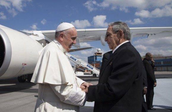 Saludos afectuosos entre Raúl y el Papa Francisco a su llegada a La Habana. Foto: Ismael Francisco/Cubadebate.