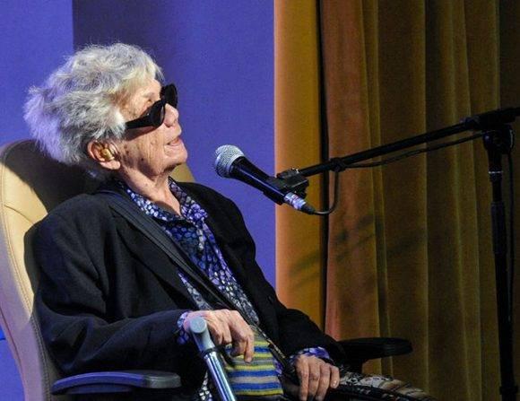 Graziella Pogolotti, crítica de arte, ensayista y destacada intelectual cubana, durante su intervención en el acto de entrega del Premio Nacional de Enseñanza Artística a la actriz y profesora Corina Mestre. Foto: Ariel Cecilio Lemus/ ACN.