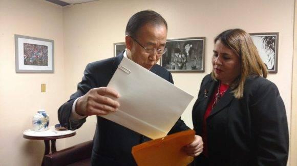 ban Ki Moon firma libro de condolencias