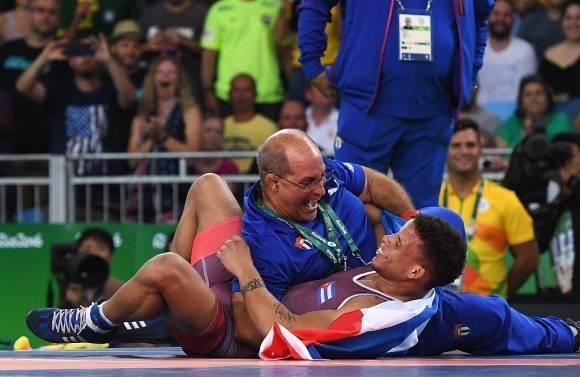 Ismael Borrero y su entrenador celebran el oro en Rio-2016.