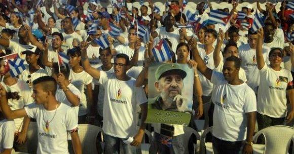 Jóvenes santiagueros durante el acto político por la desaparición física del Comandante en Jefe Fidel Castro, máximo líder de la Revolución cubana, efectuado en la Plaza de la Revolución Antonio Maceo, en Santiago de Cuba, el 3 de diciembre de 2016. Foto: Miguel Rubiera Justiz / ACN