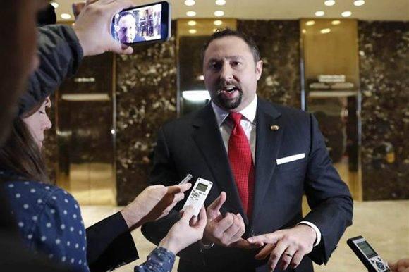 Jason Miller renuncia a su cargo en el gobierno de Donald Trump antes de ejercerlo.