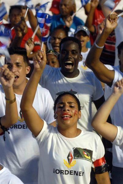 Jóvenes santiagueros durante el acto político por la desaparición física del Comandante en Jefe Fidel Castro, máximo líder de la Revolución cubana, efectuado en la Plaza de la Revolución Antonio Maceo, en Santiago de Cuba, el 3 de diciembre de 2016.Foto: Miguel Rubiera Justiz / ACN