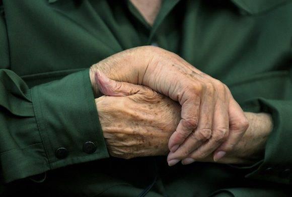 Las manos de Fidel. Por supuesto, este también es el primer año en que él no está, pero también el primero en que estará ya para siempre. Foto: Roberto Chile