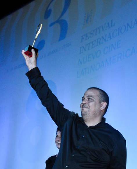"""Lester Hamlet, director del filme cubano """"Ya no es antes"""", recibe el Premio Coral del Público, durante la Gala de Premiación del 38 Festival Internacional del Nuevo Cine Latinoamericano, en el cine Charles Chaplin, en La Habana, Cuba, el 16 de diciembre de 2016. ACN FOTO/ Ariel Cecilio LEMUS ALVAREZ DE LA CAMPA/ rrcc"""