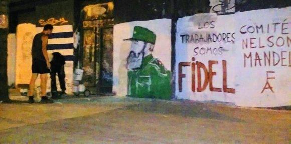 LOS TRABAJADORES SOMOS FIDEL. Así dicen desde una pared de Montevideo los integrantes del Comité Nelson Mandela del Frente Amplio de Uruguay. Foto: Embacuba Uruguay