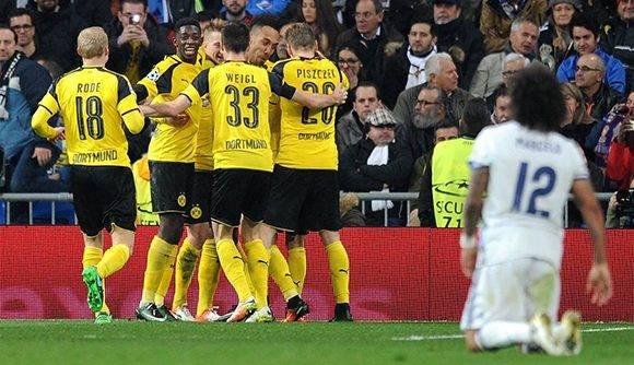 Marcelo, arrodillado sobre el césped, mientras los jugadores del Dortmund celebran el segundo gol. Foto: Getty.