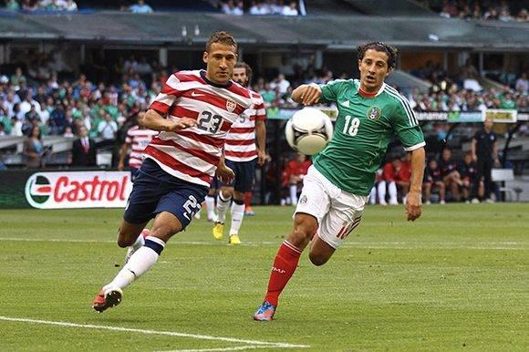 """México y EEUU son los dos países de Concacaf con mejores resultados en el balompié. En la imagen Fabian Johnson y Andrés Guardado disputan un balón en uno de los """"clásicos"""" del área. Foto: Vavel."""