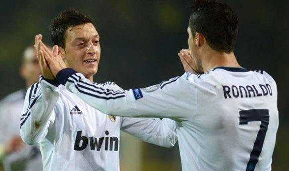 Mesut Özil y Cristiano Ronaldo. Foto: Daily Express.