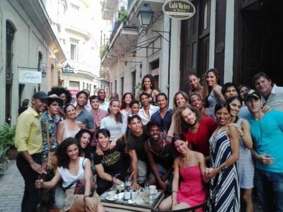 """Miembros de """"Acosta Danza"""". Foto tomada de la página en Facebook de la compañía."""