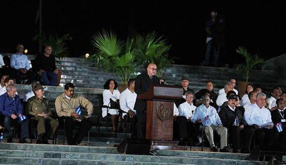 Miguel Barnet (en podio) , Presidente de la Unión de Escritores y Artistas de Cuba (UNEAC), durante su intervención en el acto político por la desaparición física del Comandante en Jefe Fidel Castro, presidido por el General de Ejército Raúl Castro Ruz, Presidente de los Consejos de Estado y de Ministros, en la Plaza de la Revolución Antonio Maceo, en Santiago de Cuba, el 3 de diciembre de 2016. Foto: ACN/ Omara García.