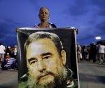 Mujer con gran afiche de Fidel en la Plaza Antonio Maceo, 3 de diciembre de 2016. Foto: Natacha Pisarenko / AP.