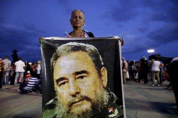 Mujer con gran afiche de Fidel en la Plaza Antonio Maceo, 3 de diciembre de 2016. Foto: Natacha Pisarenko / AP