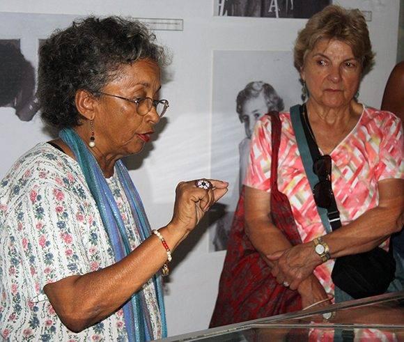 Luisa Campos, (izq.) directora del Museo de la Campaña de Alfabetización, durante un recorrido por la instalación. Foto: José Raúl Concepción/ Cubadebate.