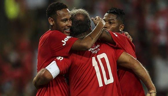 """Neymar, Zico y otras estrellas se """"confabularon"""" para homenajear al conjunto brasileño. Foto: tomada de Deportes RCN."""