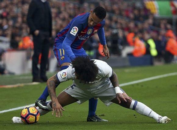 Neymar del FC Barcelona y Marcelo del Real Madrid pelean por el balón. Foto: Sergio Pérez/ Reuters.