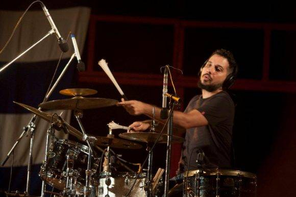 Oliver Valdés en la batería. Silvio en San Antonio. Foto: Iván Soca