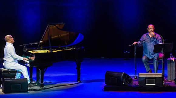 El pianista cubano Miguel Núñez y el cantautor Pablo Milanés durante la presentación álbum titulado Flores del futuro, en el 32 Festival Internacional Jazz Plaza, en el Teatro Mella, en La Habana, el 17 de diciembre de 2016.  ACN FOTO/Marcelino VAZQUEZ HERNANDEZ/sdl.