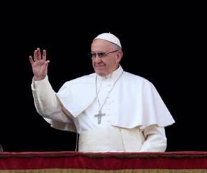 """ir al articulo Papa Francisco saluda al inicio del """"Urbi et Orbi"""" desde el balcón del Vaticano sobre la Plaza de San Pedro, 25 dic 2016.  Foto: Reuters/ /Alessandro Bianchi."""