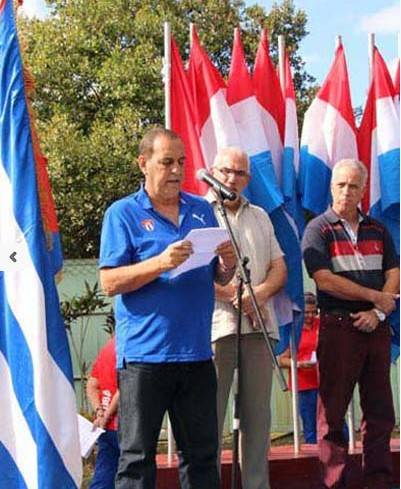 Pedro Val, quien durante muchos años encabezó el colecttivo técnico de la lucha greco cubana, recibió uno de los 20 autos y agradeció a nombre de los estimulados. Foto: Armando Hernández