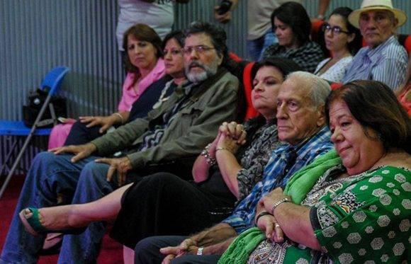 entrega del Premio Nacional de Enseñanza Artística a la actriz y profesora Corina Mestre (D), en acto efectuado en el Ministerio de Cultura. Foto: Ariel Cecilio Lemus/ ACN.