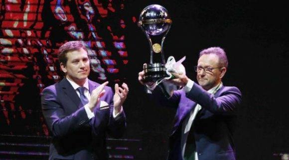 Presidente del Chapecoense recibe el trofeo de la Copa Sudamericana. Foto tomada de El Comercio.
