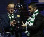 presidente-del-chapecoense-recibe-el-trofeo-de-la-copa-sudamericana