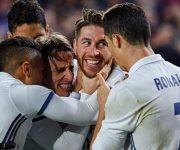 Sergio Ramos (2 por la derecha) celebra el gol con sus compañeros. Foto: Pau Barrena/ AFP.