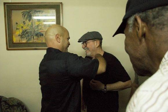 Silvio recibe la medalla de manos de Gerardo Hernández. Foto: Pepín, el Obrero.
