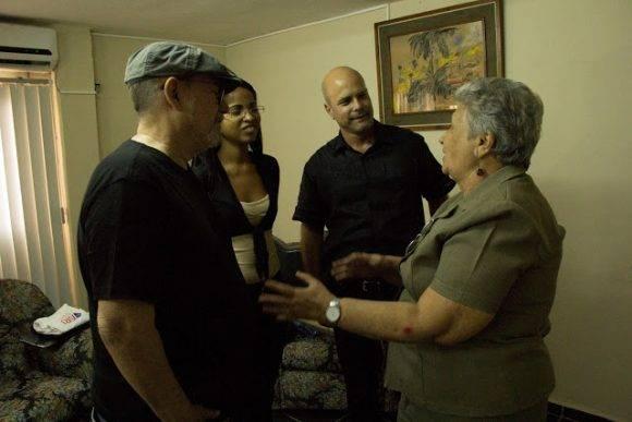 La compañera de la derecha es Isabel Allende, Rectora del ISRI, y la joven creo que la presidenta de la FEU del centro. Foto: Pepín, el Obrero.