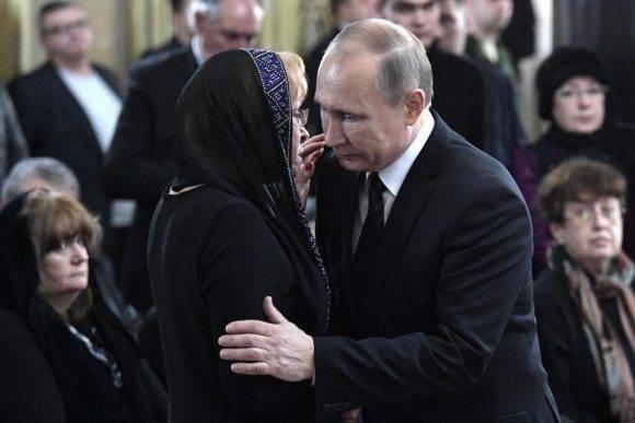 Putin y la viuda del embajador asesinado. Foto tomada de The Sun.
