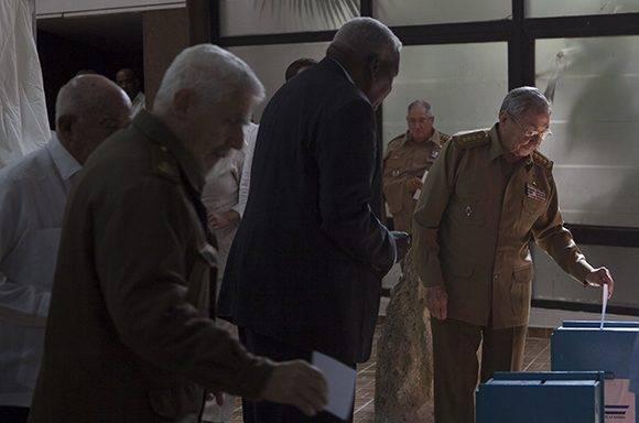 De izq a der: Ramiro, Lazo y Raúl votan por el nuevo miembro del Consejo de Estado en la ANPP. Foto: Ladyrene Pérez/ Cubadebate.