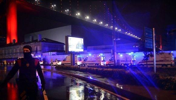 Equipos de ayuda y oficiales de seguridad rodean la zona donde ocurrió un ataque en un centro nocturno de Estambul, en las celebraciones de año nuevo. Foto: AP