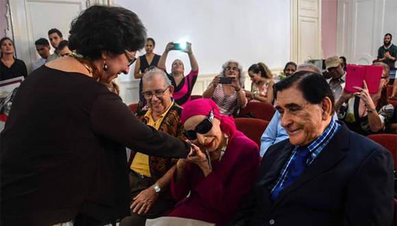 La prima ballerina Assoluta Alicia Alonso (C), directora del Ballet Nacional de Cuba, saluda a Aurora Bosch (I), maitre y primera bailarina del Ballet Nacional de Cuba (BNC), una de las Cuatro Joyas del BNC, durante la ceremonia donde Aurora recibió el título de Doctora Honoris Causa, la más alta distinción académica que otorga la Universidad de las Artes (ISA). en La Habana, Cuba, el 9 de diciembre de 2016. Foto: Abel Padrón/ ACN.