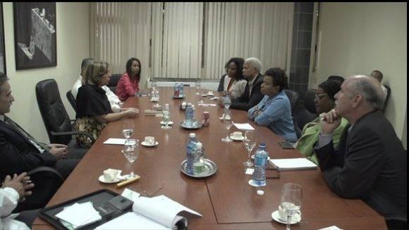 Congresistas estadounidenses encabezados por Barbara Lee se reunieron con Josefina Vidal y otros funcionarios del MINREX. Foto; Twitter de Josefina Vidal