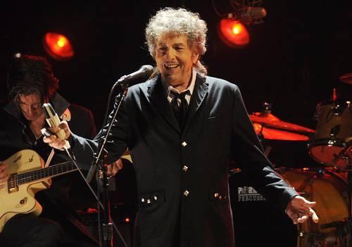 La obra de Bob Dylan incluye lo que podría llamarse periodismo cantado; entre otras cosas es cronista de historias, reportero de lo que observa, denunciador de falsedades, rescatador de olvidados. Merece, además del Nobel de Literatura, un premio de periodismo. La imagen es de enero de 2012, durante un concierto en Los Ángeles. Foto: Ap