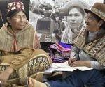 Bolivianas emplean los medios masivos de comunicación para que prevalezcan sus lenguas. Foto: Freddy Zarco/ CAMBIO.