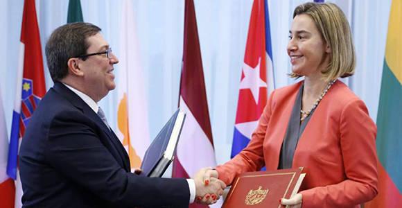 El ministro de Relaciones Internacionales de Cuba, Bruno Rodríguez, y la Alta Representante de la Unión Europea, Federica Mogherirni, se estrechan la mano luego de firmar el Acuerdo en Bruselas. Foto: AP.