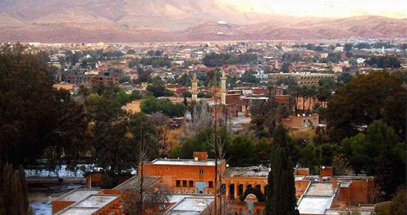 Los techos de la ciudad argelina de Ain Sefra se tiñeron momentáneamente de blanco. Foto: Karim Bouchetata/ Twitter.