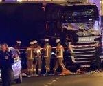 Al menos nueve personas murieron y 50 resultaron heridas al ser arrolladas por un camión que irrumpió en la zona peatonal de un mercadillo navideño en Berlín, informó la policía alemana.